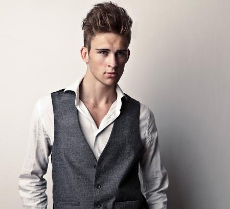 male fashion model: Elegant Studio joven apuesto hombre de moda retrato