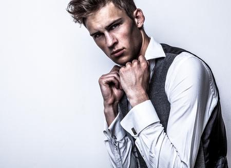 modelos negras: Elegant Studio joven apuesto hombre de moda retrato