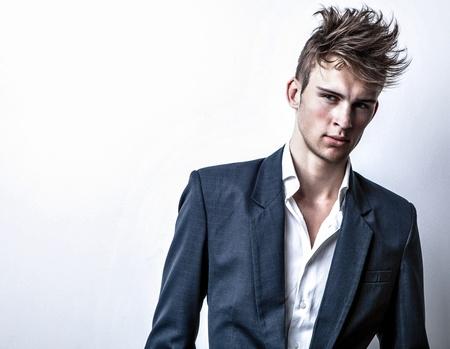 modelos hombres: Elegant Studio joven apuesto hombre de moda retrato