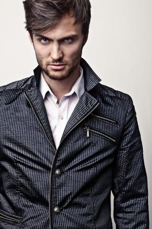 modellini: Elegante bel giovane uomo ritratto in studio di moda