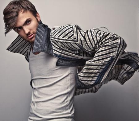 ファッション: エレガントな若いハンサムな男のファッション スタジオ ポートレート