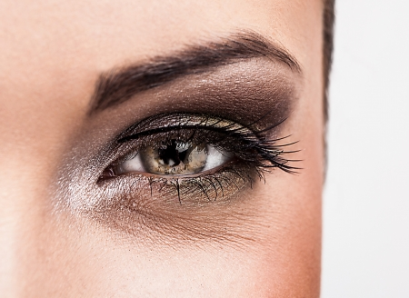 La mujer ojo con maquillaje hermoso