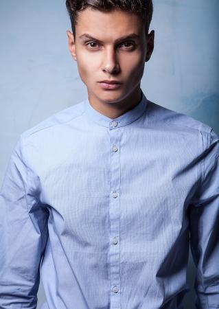 Elégante jeune bel homme sur le fond grunge portrait de la mode Studio