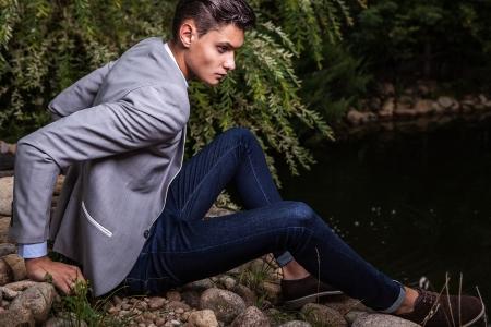 Portrait de jeune homme à la mode belle contre jardin d'automne Banque d'images