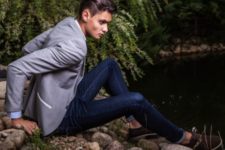 modelos hombres: Retrato de hombre joven de moda hermoso jard�n oto�o contra