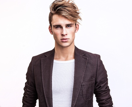 ?l?gant jeune homme beau portrait de mode studio