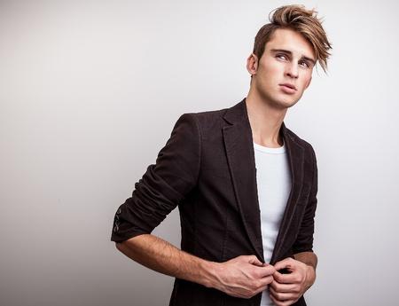 Elegant Studio joven apuesto hombre de moda retrato Foto de archivo