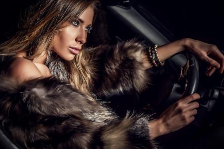 Femme dans une voiture de luxe