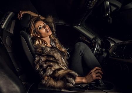 Luxe vrouw in een auto Stockfoto