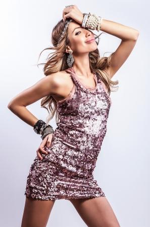 Jeune femme sensuelle beauté dans une robe à la mode