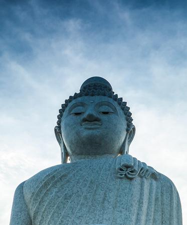 marmorate: Statua in marmo di grande Buddha a Phuket Archivio Fotografico