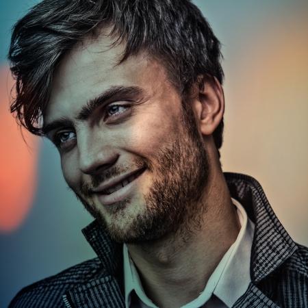 Portrait multicolore de jeune homme élégant beau
