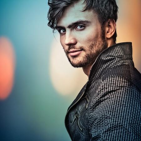 Retrato multicolor de la elegante joven guapo