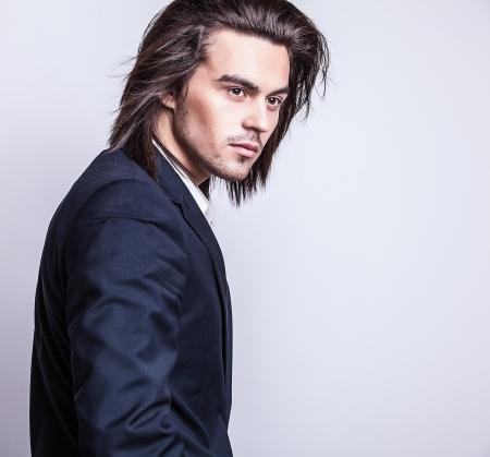poses de modelos: Retrato de hombre con estilo de pelo largo hermoso Foto de archivo