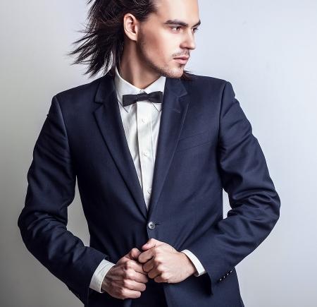 Retrato de hombre con estilo de pelo largo hermoso