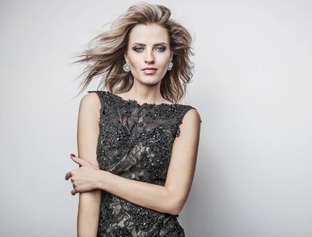 Mode-Foto des jungen großartige Frau in Luxus-Kleid