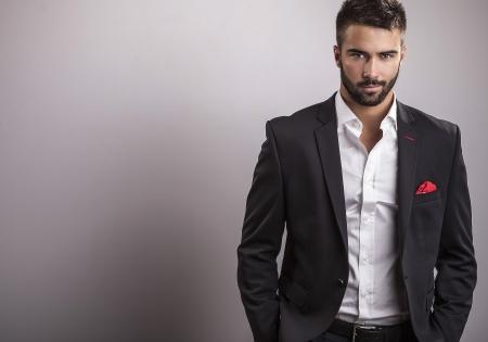 Élégant jeune homme beau studio mode portrait