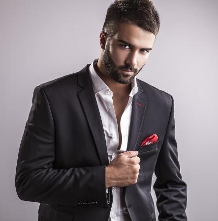 Elégante jeune homme beau portrait de la mode Studio