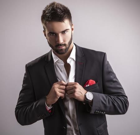 エレガントな若いハンサムな男のファッション スタジオ ポートレート