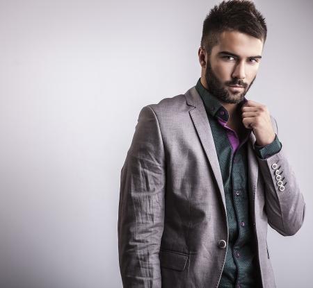 Elegante jonge knappe man Studio mode portret