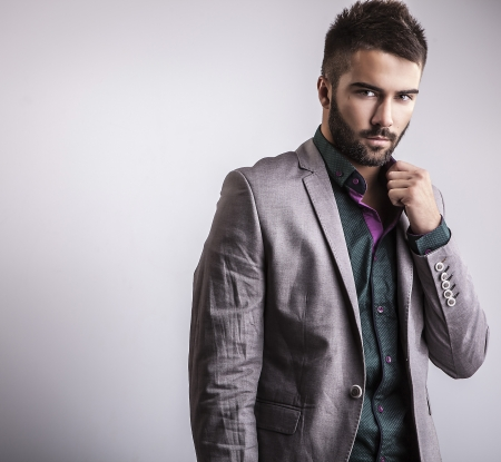 Elegante junge schöne Mann Studio Mode Porträt