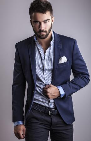 Élégant jeune homme beau portrait de la mode Studio