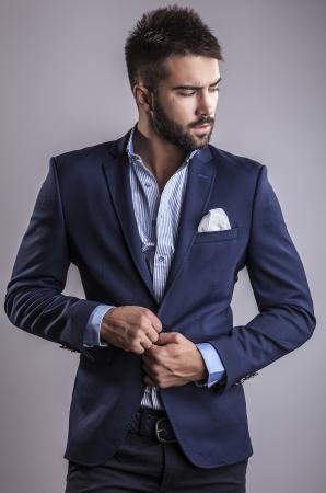 Elegante junge hübscher Mann Studio Mode Porträt