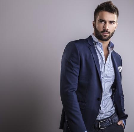 ファッション: エレガントな若いハンサムな男スタジオ ファッション ポートレート