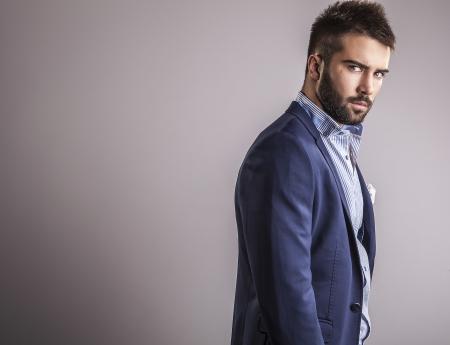 Elegante joven apuesto hombre de moda Studio retrato