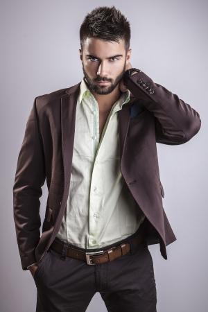 modelos hombres: Elegante joven apuesto hombre de moda Studio retrato
