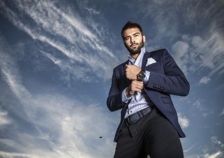 visage homme: Portrait de beau jeune homme � la mode en plein air Banque d'images