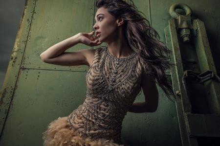 Dramatisée de l'image sensuelle séduisante jeune femme en robe de luxe Banque d'images