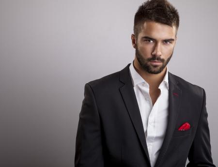Élégant portrait de jeune homme beau Studio de mode