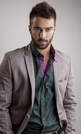 Légant portrait de jeune homme beau Studio de mode Banque d'images - 24368215