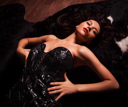 model pose: Actitud de la manera de la belleza Mujeres Retrato de modelo en traje de lujo en el pelaje negro