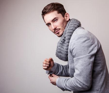 hombre con barba: Hombre apuesto joven elegante en traje gris. Retrato de moda Studio.