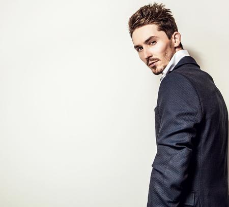 modelos hombres: Hombre apuesto joven elegante en traje cl�sico. Retrato de moda Studio.