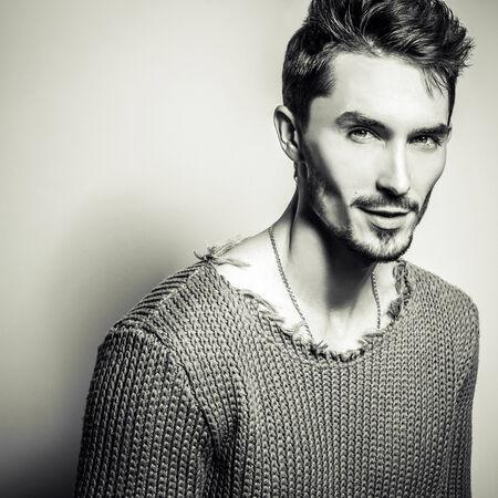 modelos hombres: Negro-blanco Retrato de estudio de joven guapo en su�ter tejido. Fotos de primer plano.