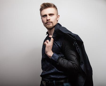 modelos hombres: Hombre apuesto joven elegante en camisa. Retrato de moda Studio. Foto de archivo