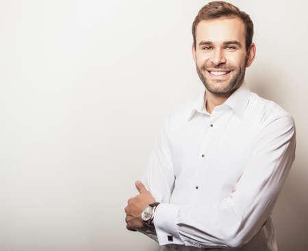 hombre barba: Hombre apuesto joven elegante en la camisa blanca. Retrato de moda Studio.