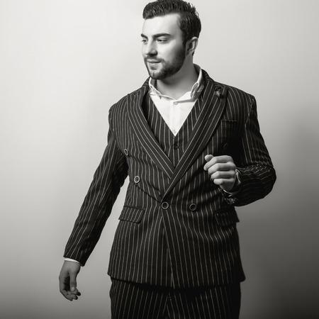 poses de modelos: Hombre apuesto joven elegante. Foto de archivo