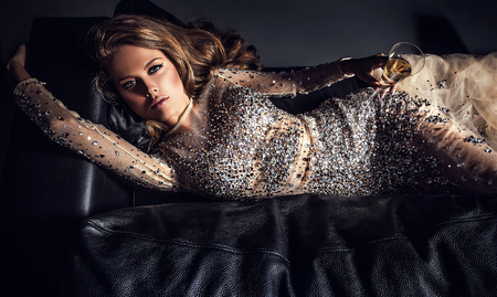 fille sexy: El�gante jeune femme en robe de luxe