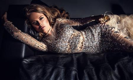 donna ricca: Giovane donna elegante in abito di lusso