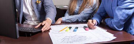 empleados trabajando: Grupo de hombres de negocios en el trabajo
