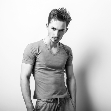 modelos hombres: Negro-blanco estudio de retrato de joven guapo.