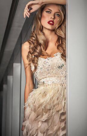 modelos posando: Mujer joven elegante en el vestir de lujo