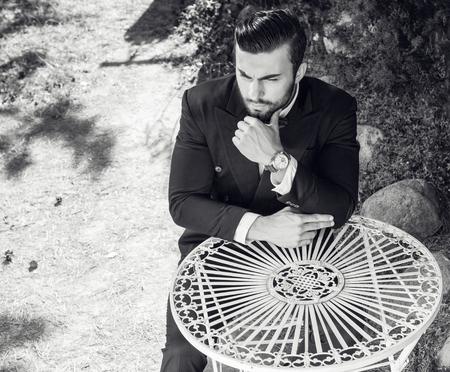 uomini belli: Giovane uomo alla moda europea