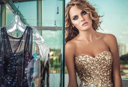 jeune fille: El�gante jeune femme en robe de luxe