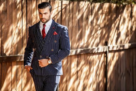 bel homme: Jeune homme à la mode européenne