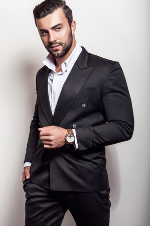 uomini belli: Elegante giovane uomo bello in classico costume nero. Studio moda ritratto. Archivio Fotografico